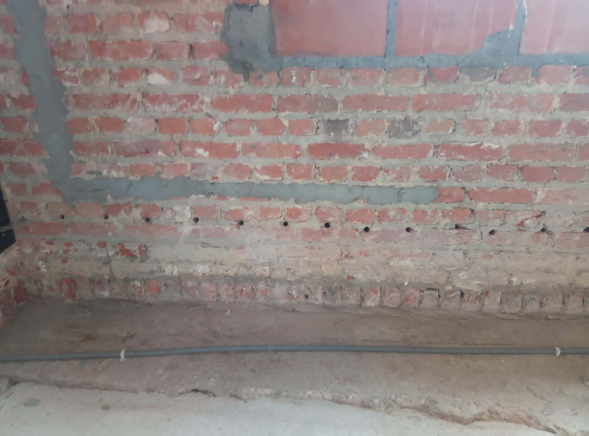 Muren injecteren met een waterdichte vloeistof om opstijgend vocht te bestrijden